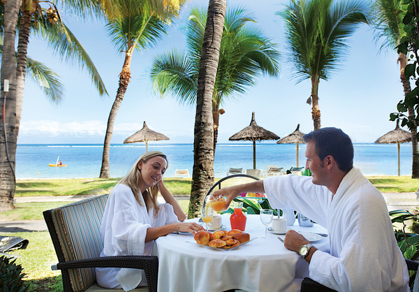 honeymooners having breakfast at sugarbeach mauritius